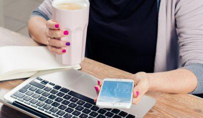 mãe de mulher com celular e café - blogs sobre marketing digital