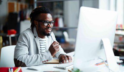 homem trabalhando na frente do computador - investir em e-mail marketing